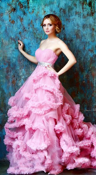 Розовое платье-облако с открытыми плечами