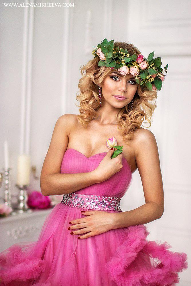 Фотосессия в бальном платье с линией декольте в форме сердца и венком из роз