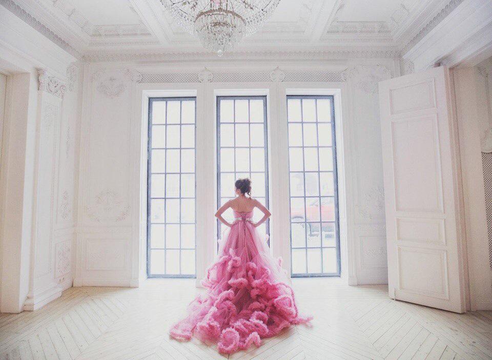 Фотосессия в светлой студии с пышным платьем