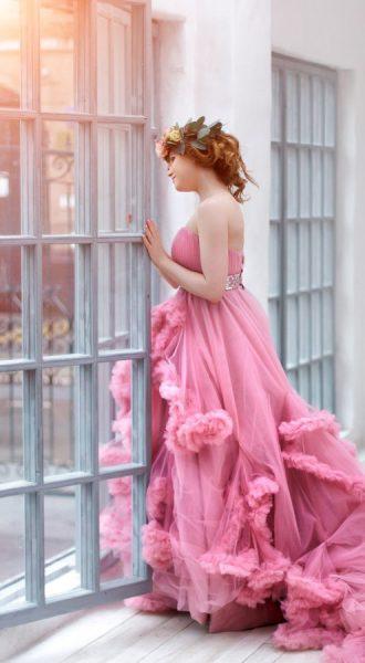 Пышное нежно-розовое платье с многослойной юбкой