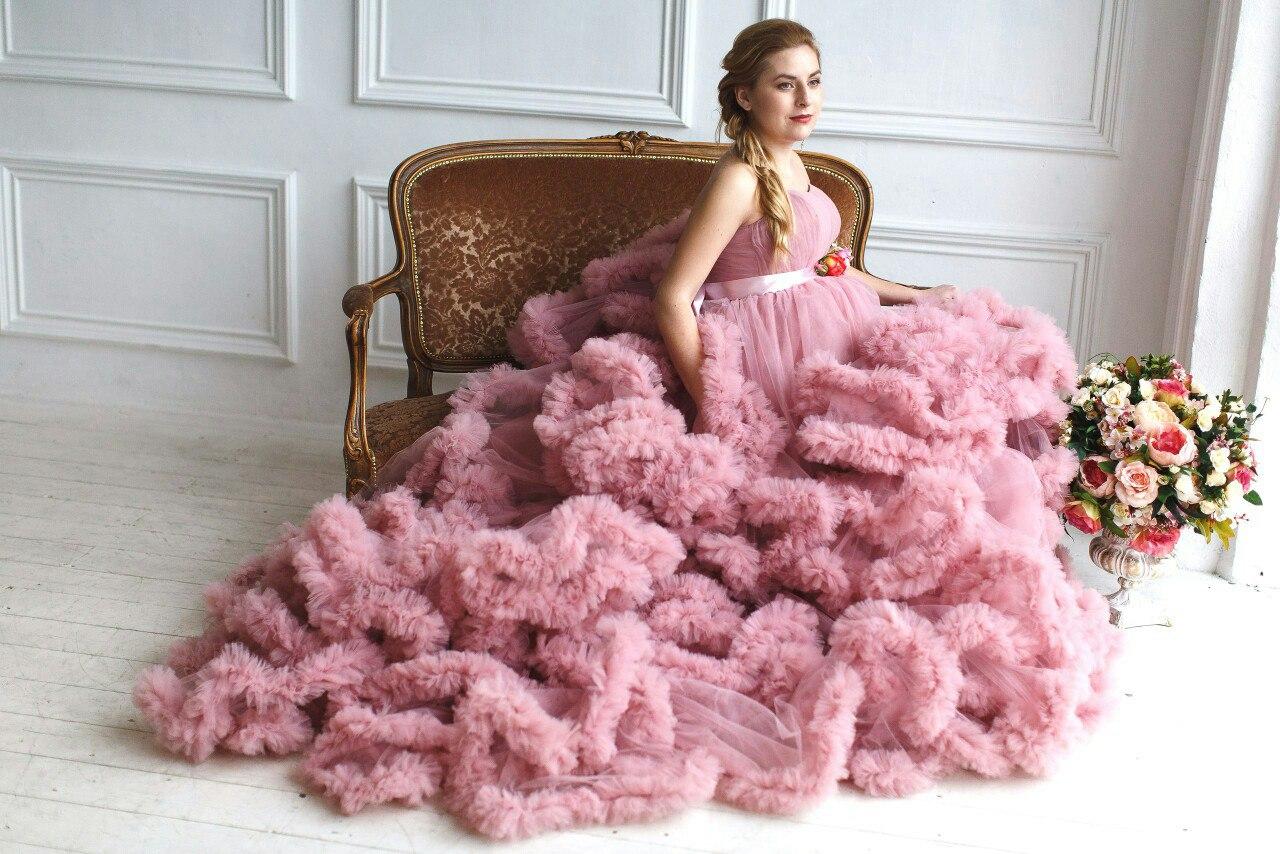 Фотосессия беременной в платье-облаке оттенка темно-розовой пудры