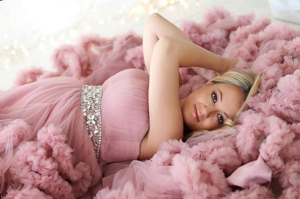 Фотосессия беременной в платье-облаке