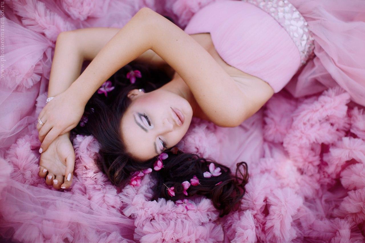 Атмосферная фотосессия в розовом платье