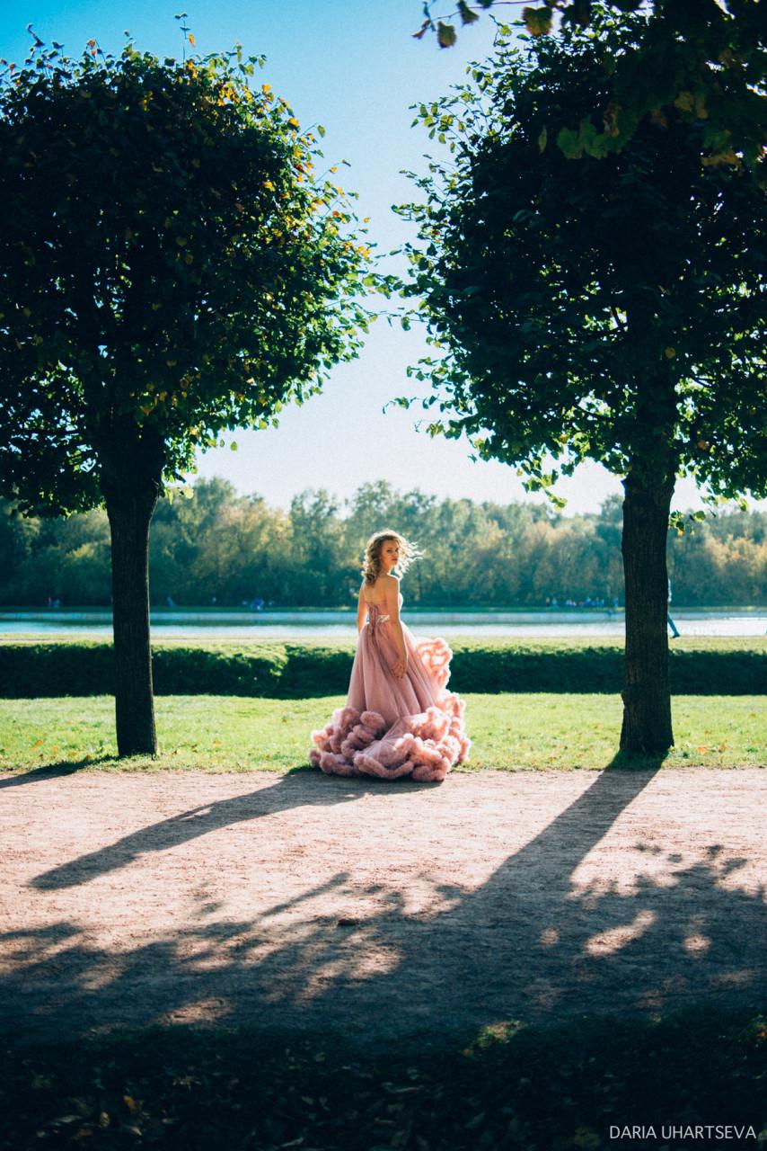 Фотосессия в парке в платье-облаке нежно-розового оттенка