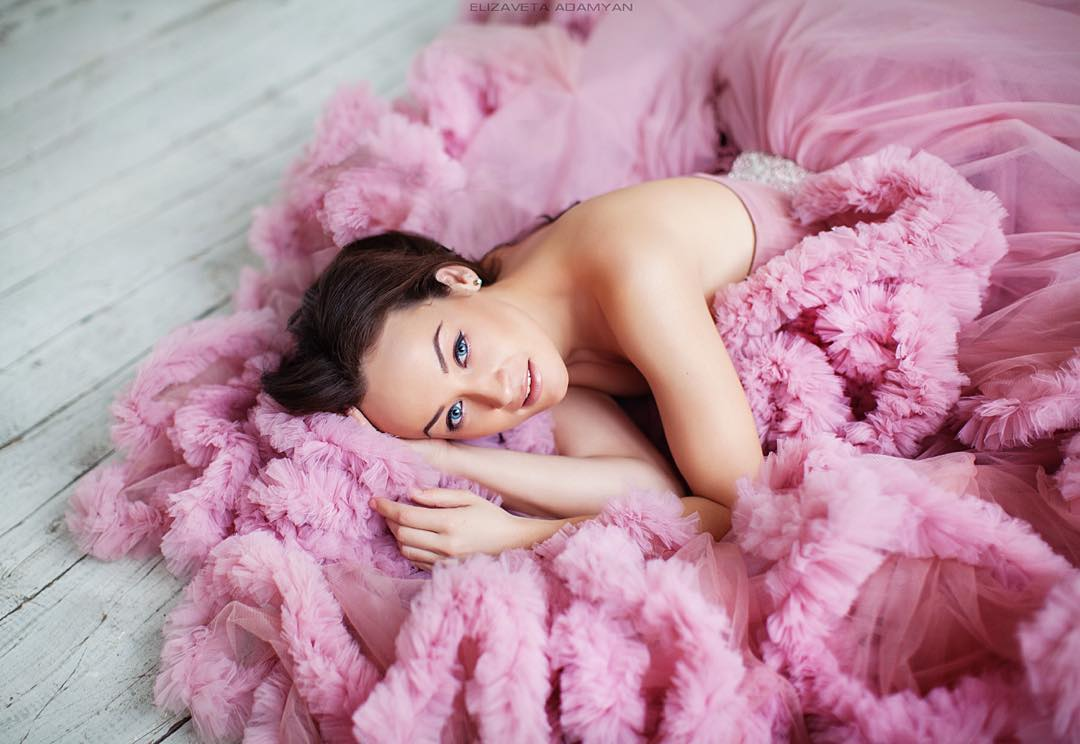 Платье-облако с открытым лифом розового цвета