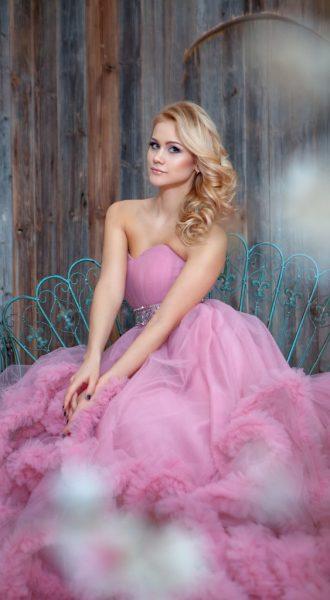Фото девушки в светлом платье-облаке