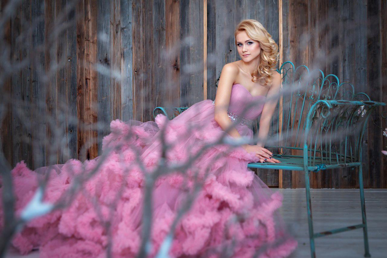 Эффектная блондинка в пышном платье-облаке розового цвета