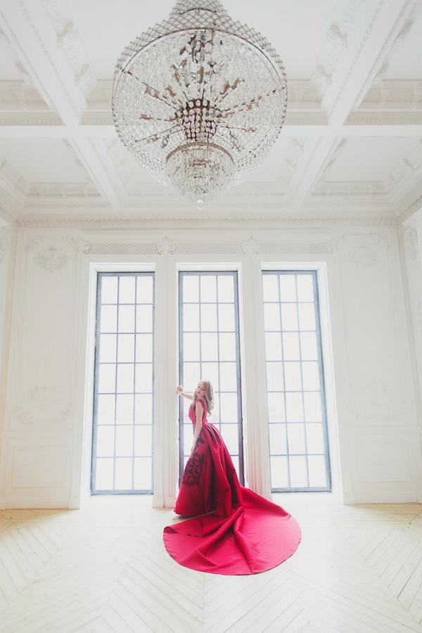 Малиновое платье с длинным шлейфом-веером