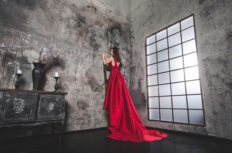 Красное платье с длинным шлефом