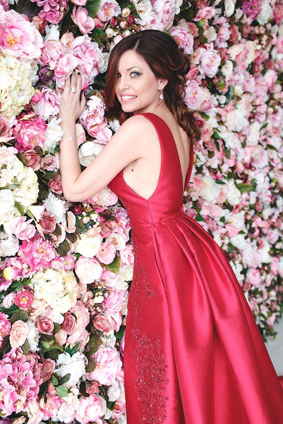 Платье из атласной ткани насыщенного алого цвета