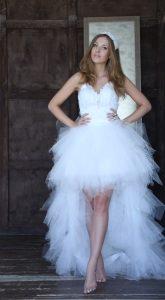Белоснежное платье с топом украшенным перьями