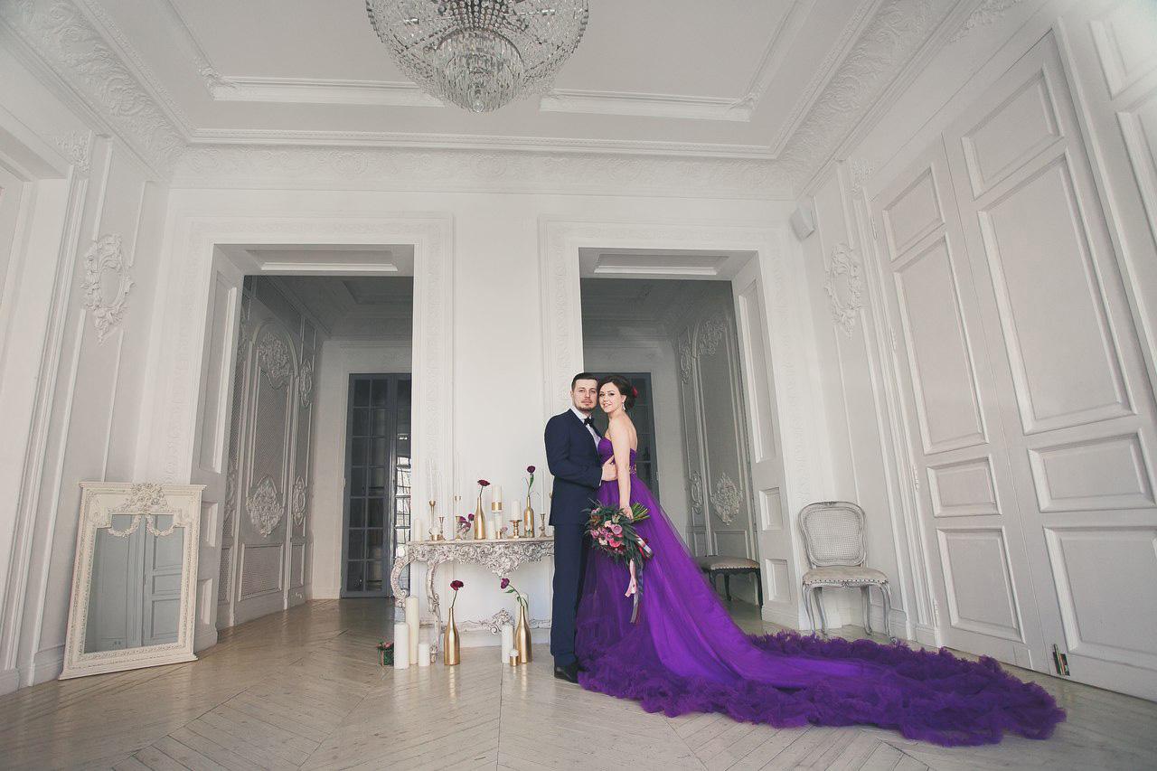 Пышное фиолетовое платье с длинным шлейфом