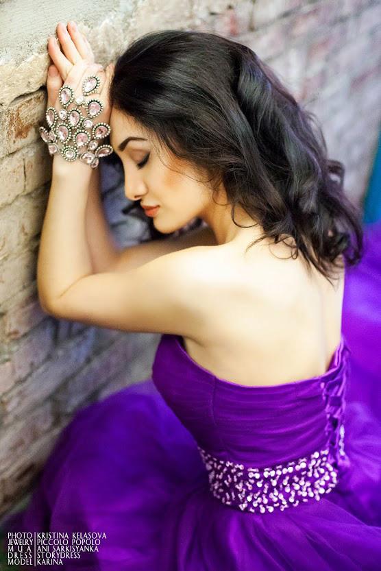 Мечтательная девушка в фиолетовом платье