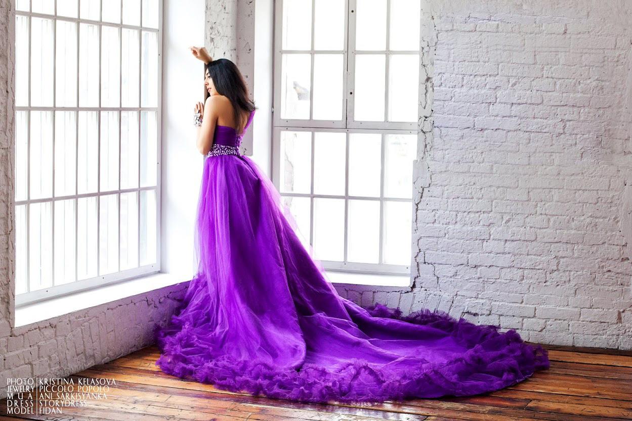 Романтичное платье со шлейфом глубокого цвета сирени