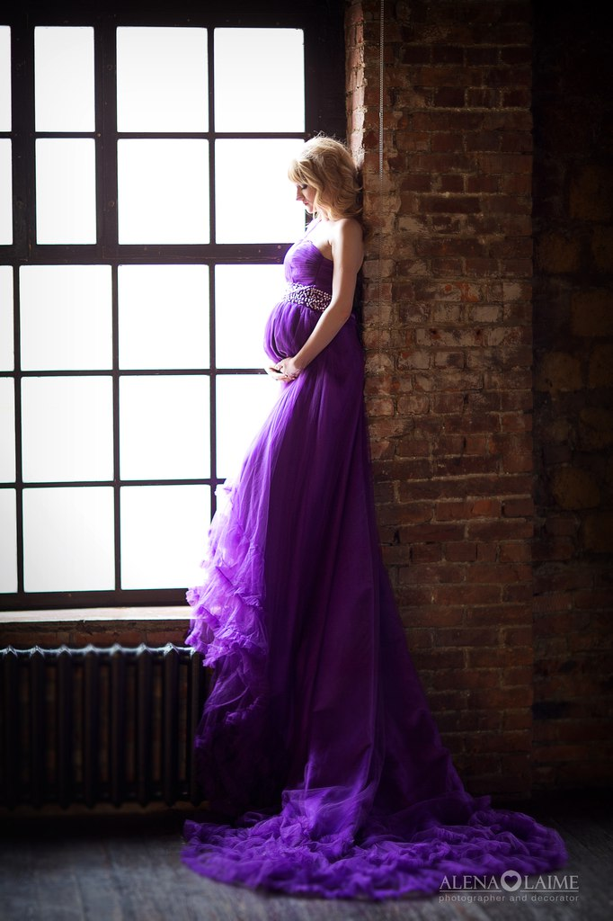 Пышное платье для беременных фиолетового цвета