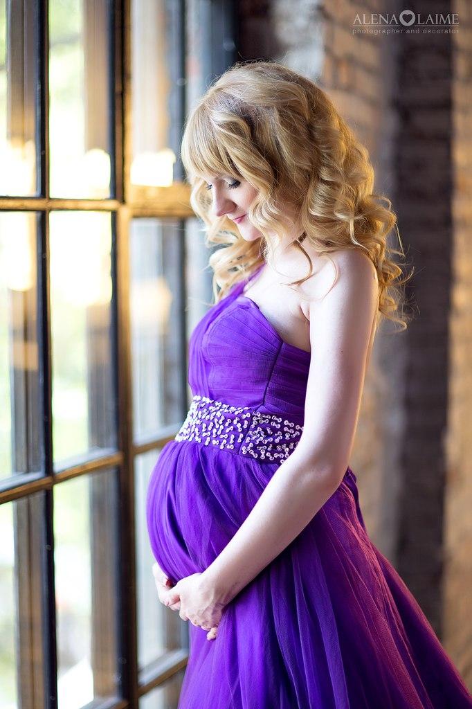 Пышное фиолетовое платье с широким поясом под грудью