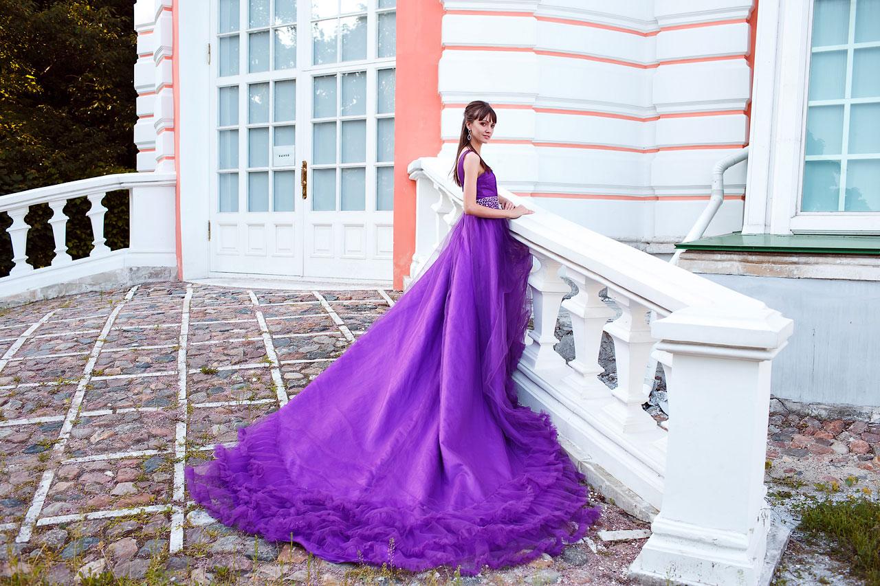 Фиолетовое платье с длинным шлейфом