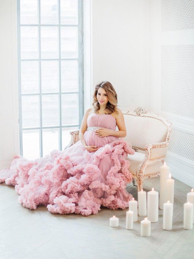 Фотосессия беременной девушки в пышном платье-облаке