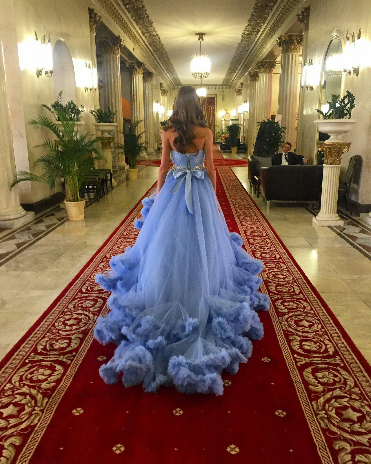 Фото в пышном синем платье