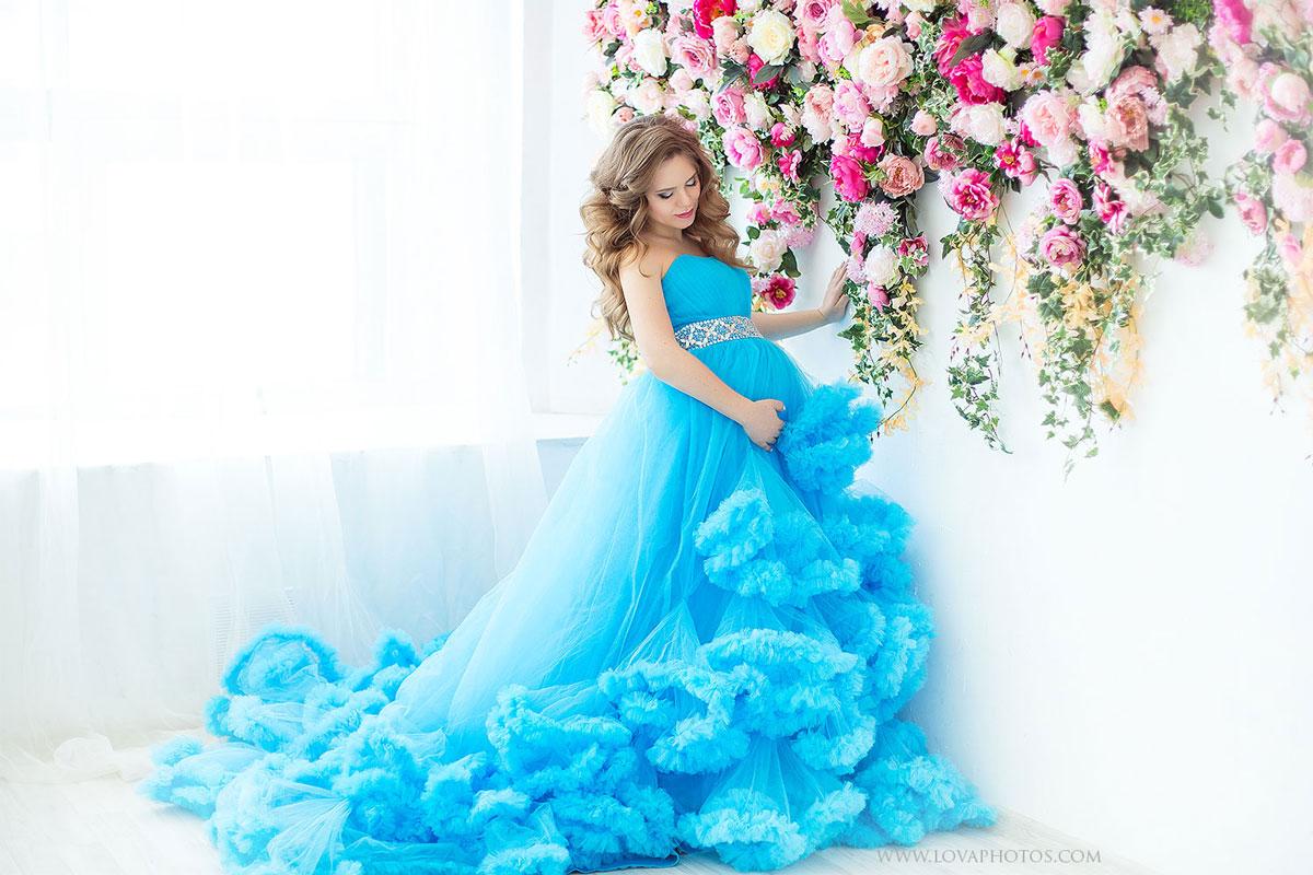 Молодая девушка в ожидании малыша на фотосессии