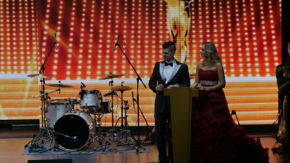 Елена Мироненко - в роли ведущей мероприятия в пышном платье