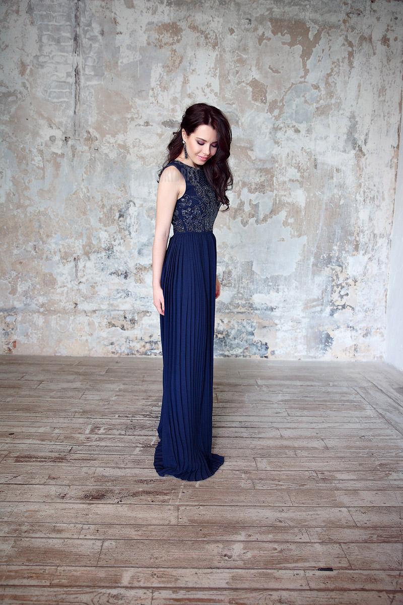 Летнее вечернее платье глубокого синего цвета