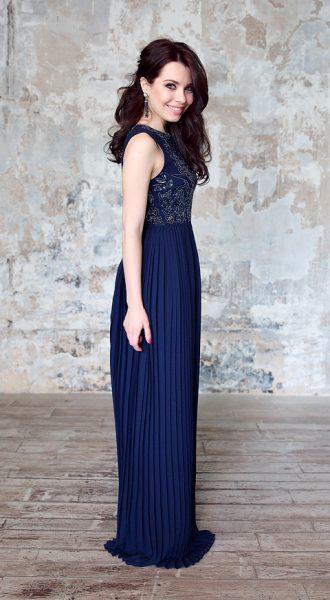Вечернее платье темно-синего цвета