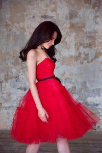 Красное платье с пышной шифоновой юбкой до колена