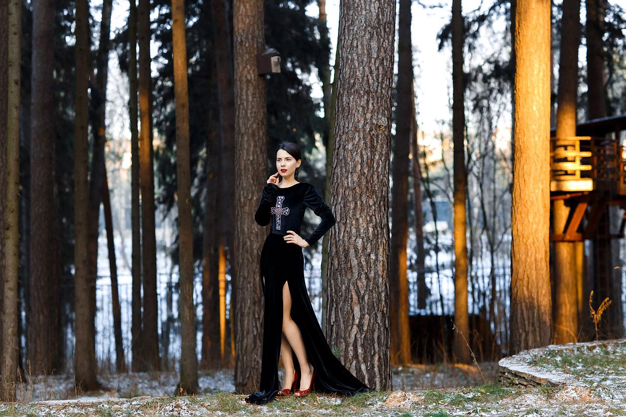 Платье из черного бархата с вышивкой в форме креста на груди