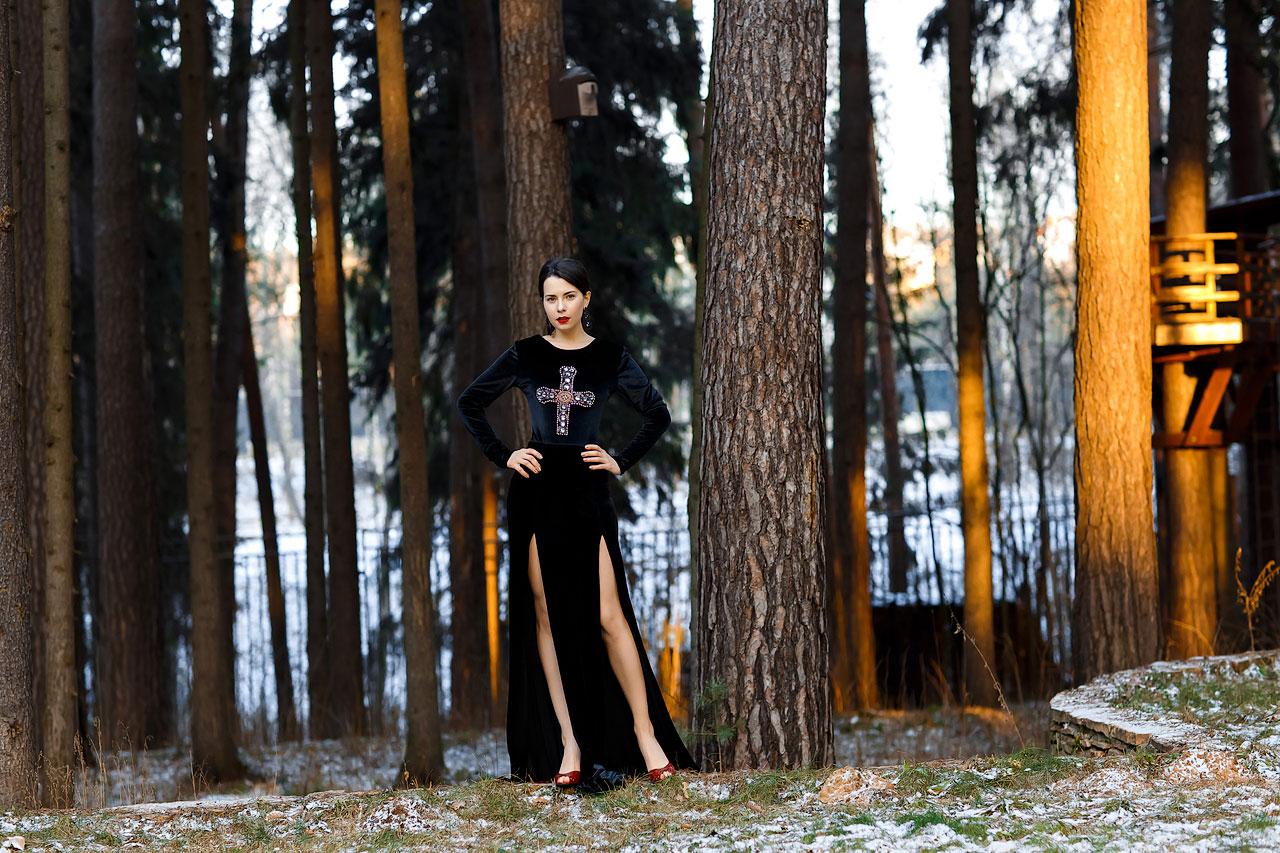 Черное бархатное платье с разрезами по ножкам