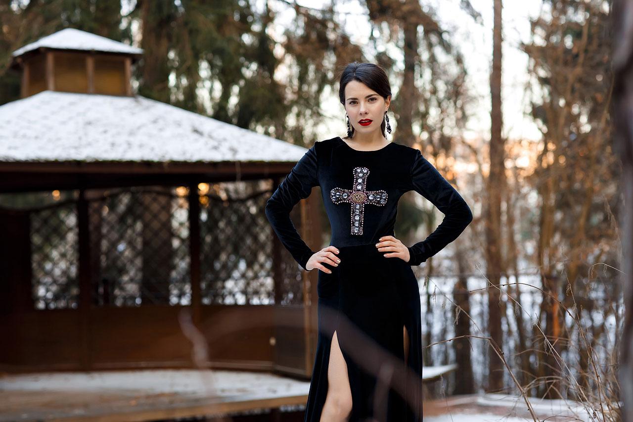 Платье с вышитым крестом из камней