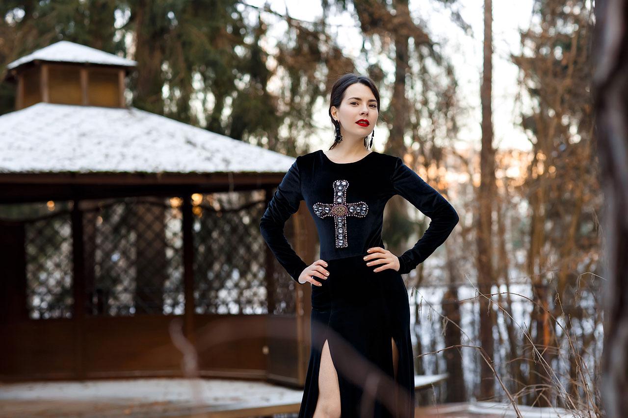 Черное бархатное платье с крестом