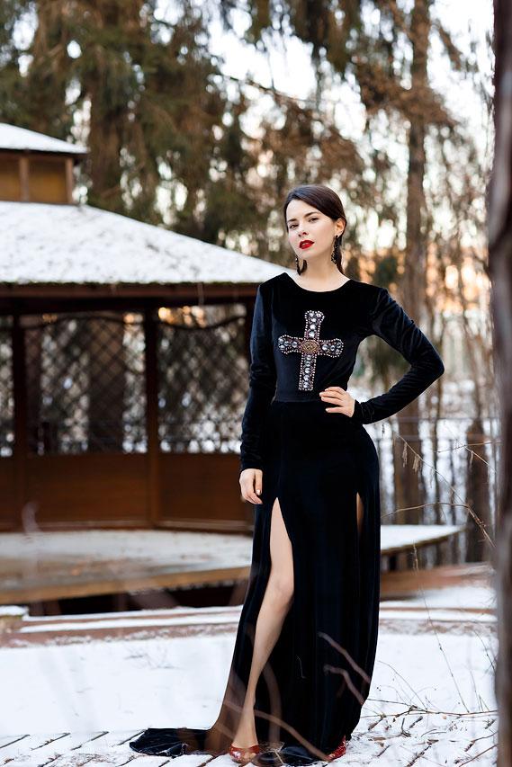 черное платье с крестом