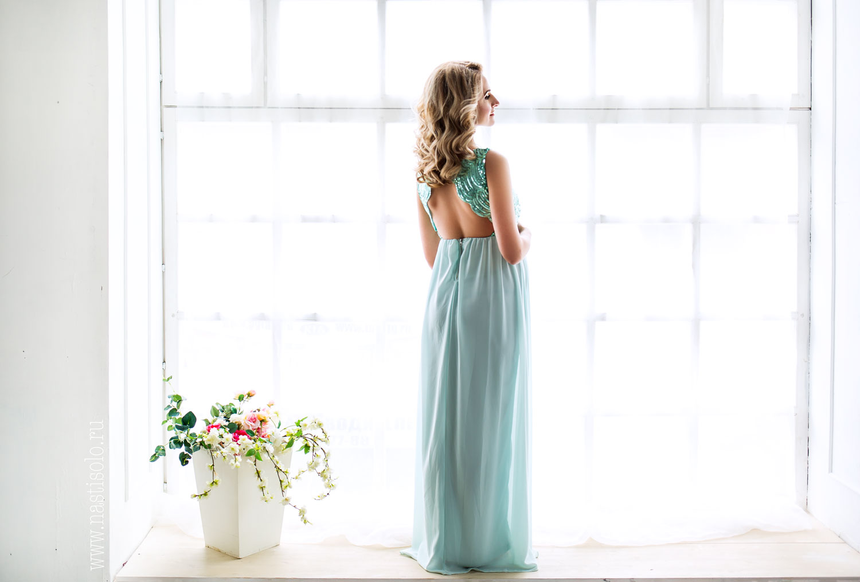Платье с открытой спиной и легкой юбкой