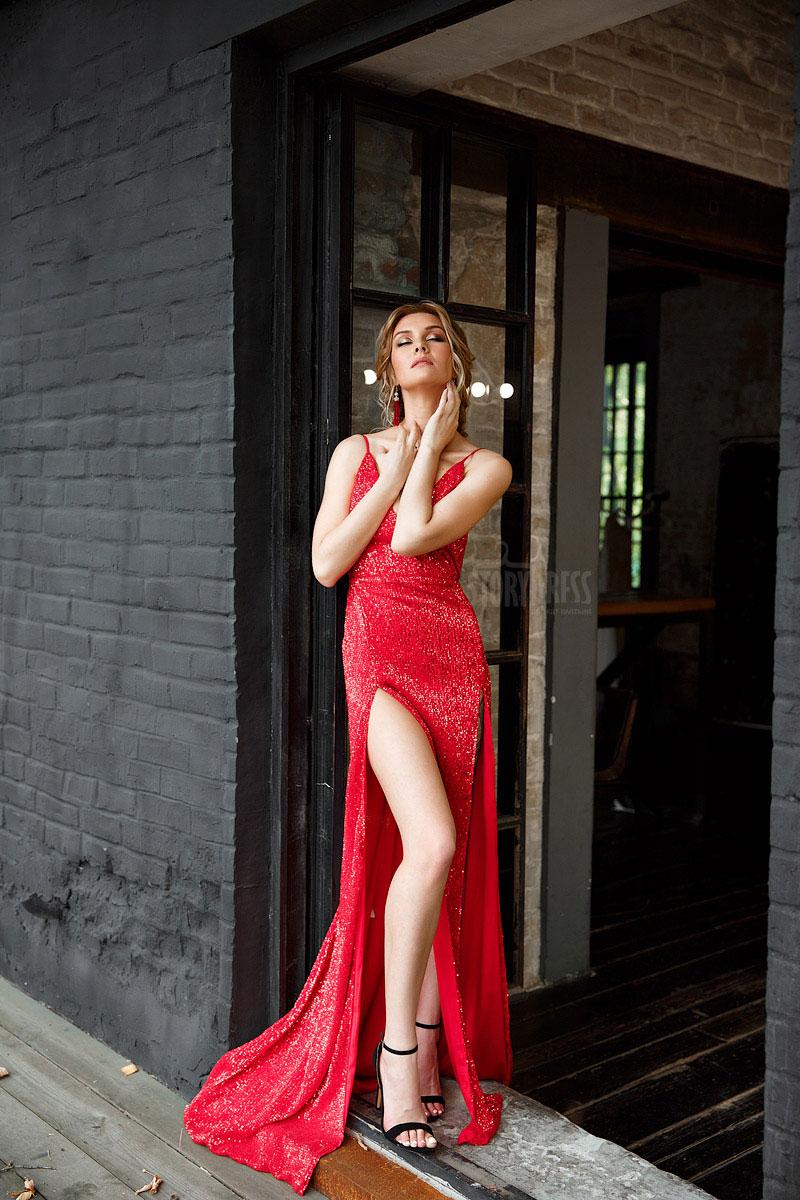 Вечернее платье из ярко-красной ткани