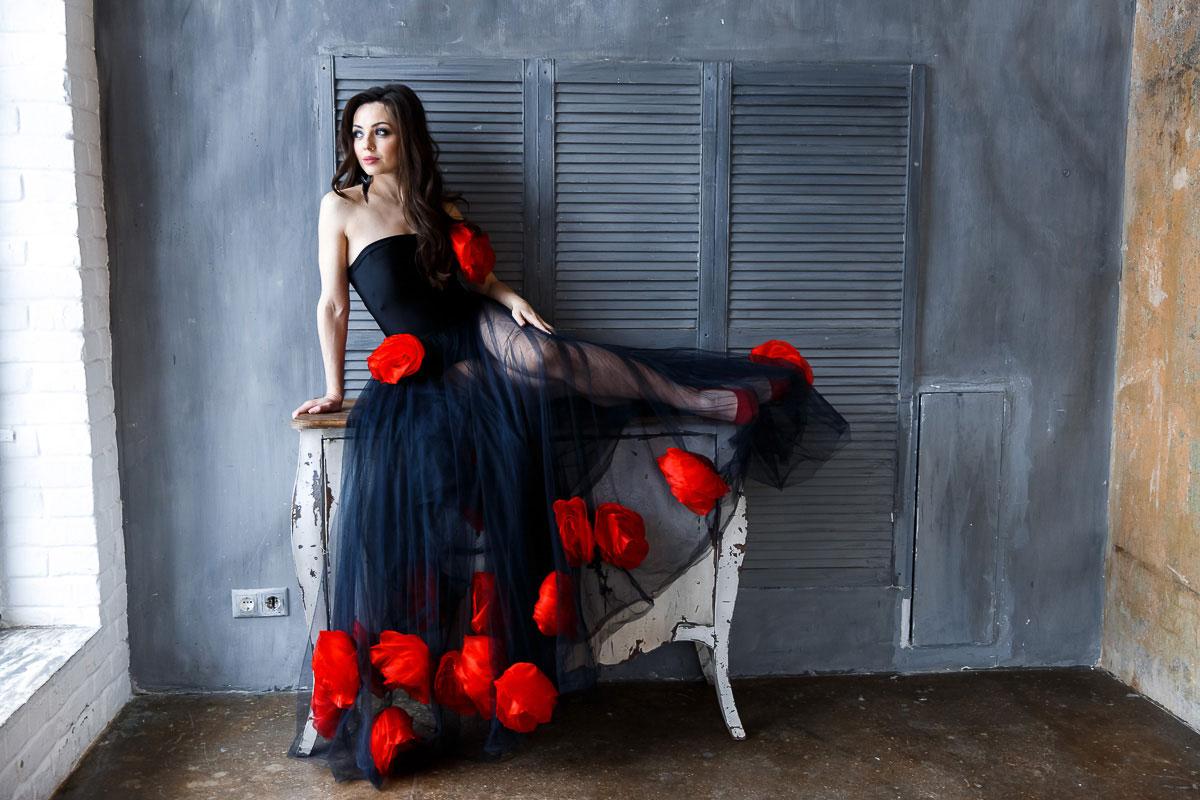 Черное платье с красными цветами