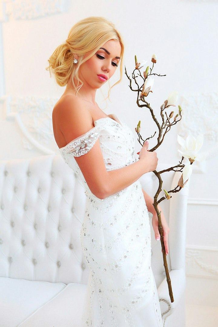 Девушка в изящном белом платье
