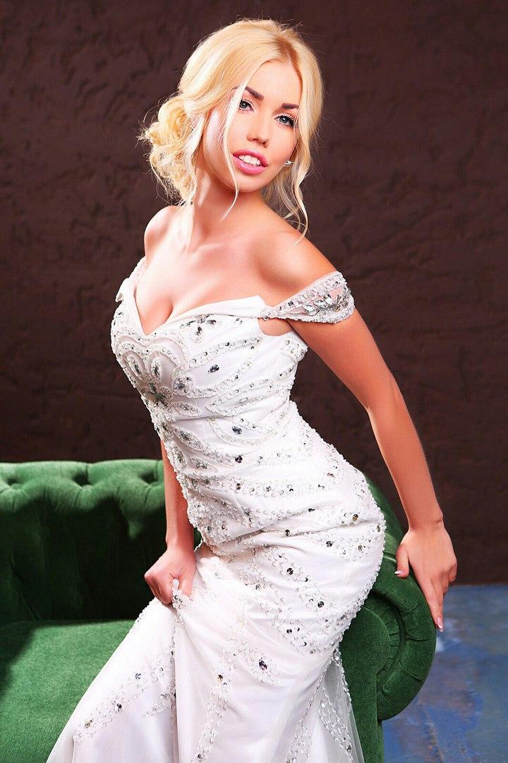 Белое силуэтное платье с кристаллами