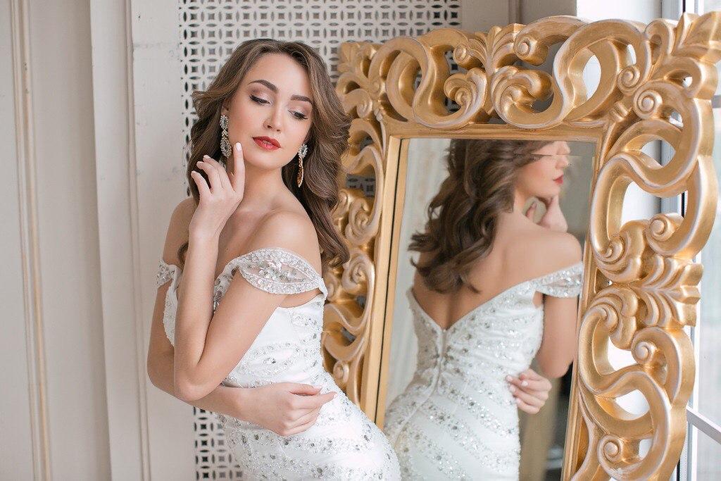 Белое платье с кристаллами