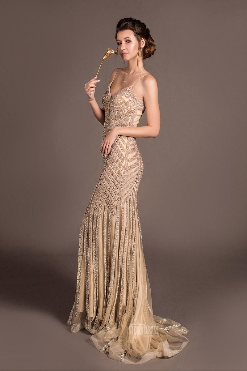 Вечернее платье облегающего силуэта и модного телесного оттенка