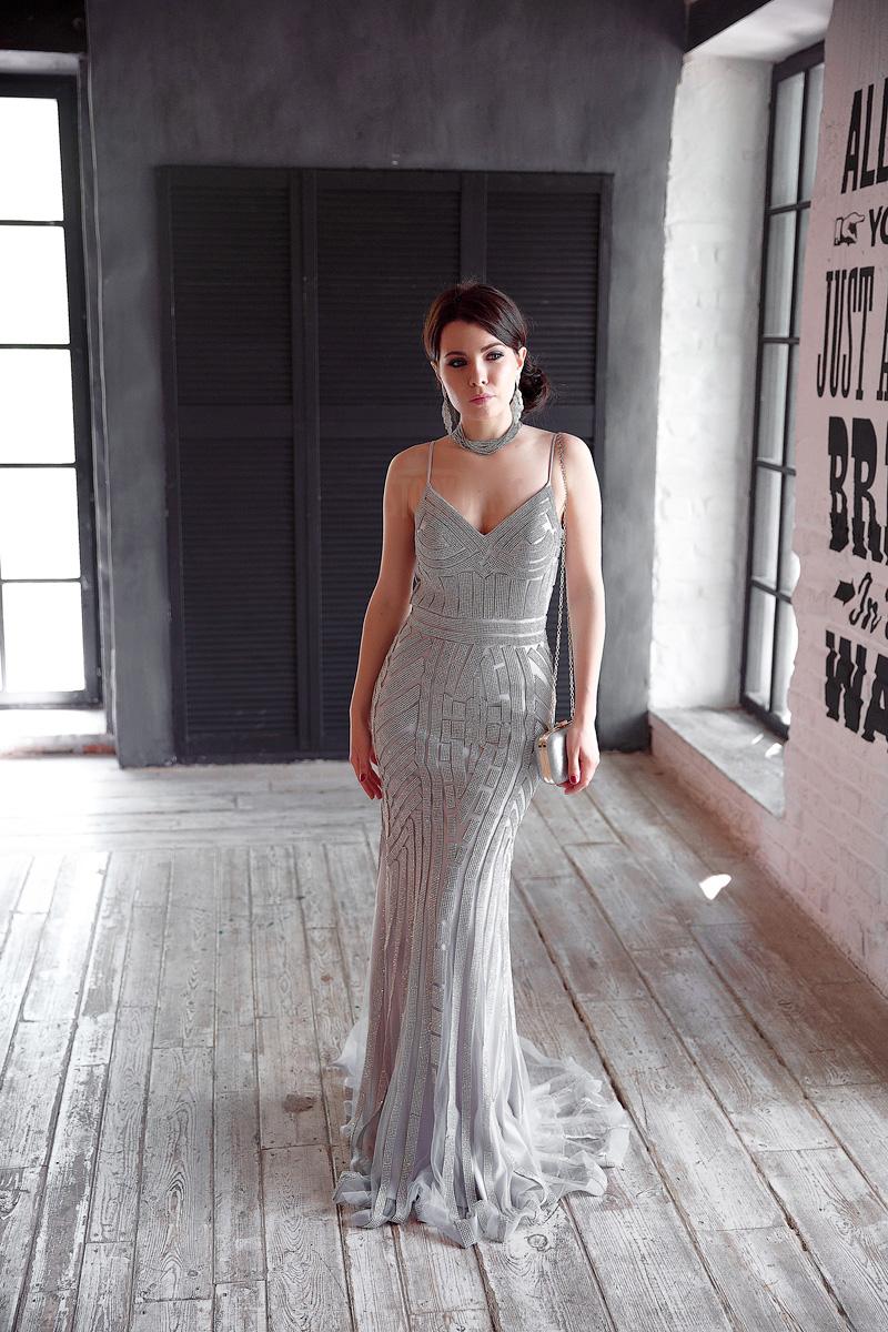 Платье серебристого цвета с легким шлейфом