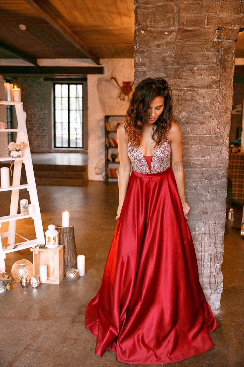 Платье с кристаллами и красной атласной юбкой