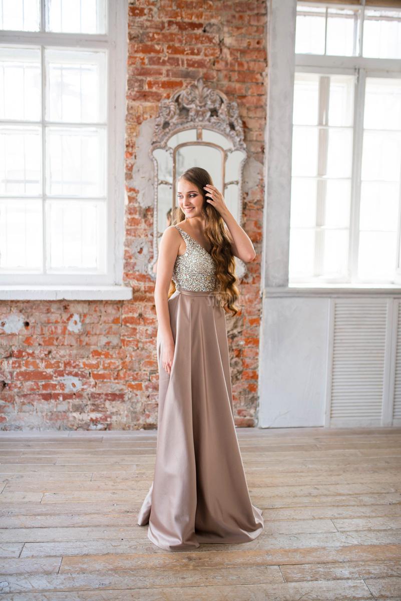 Бежевое платье для гламурного образа