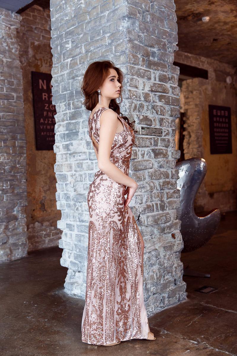 Вечернее платье в пол с оригинальным вырезом на спине