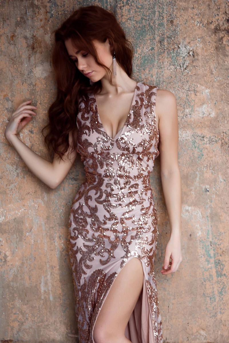 Золотое платье с разрезом по ножке