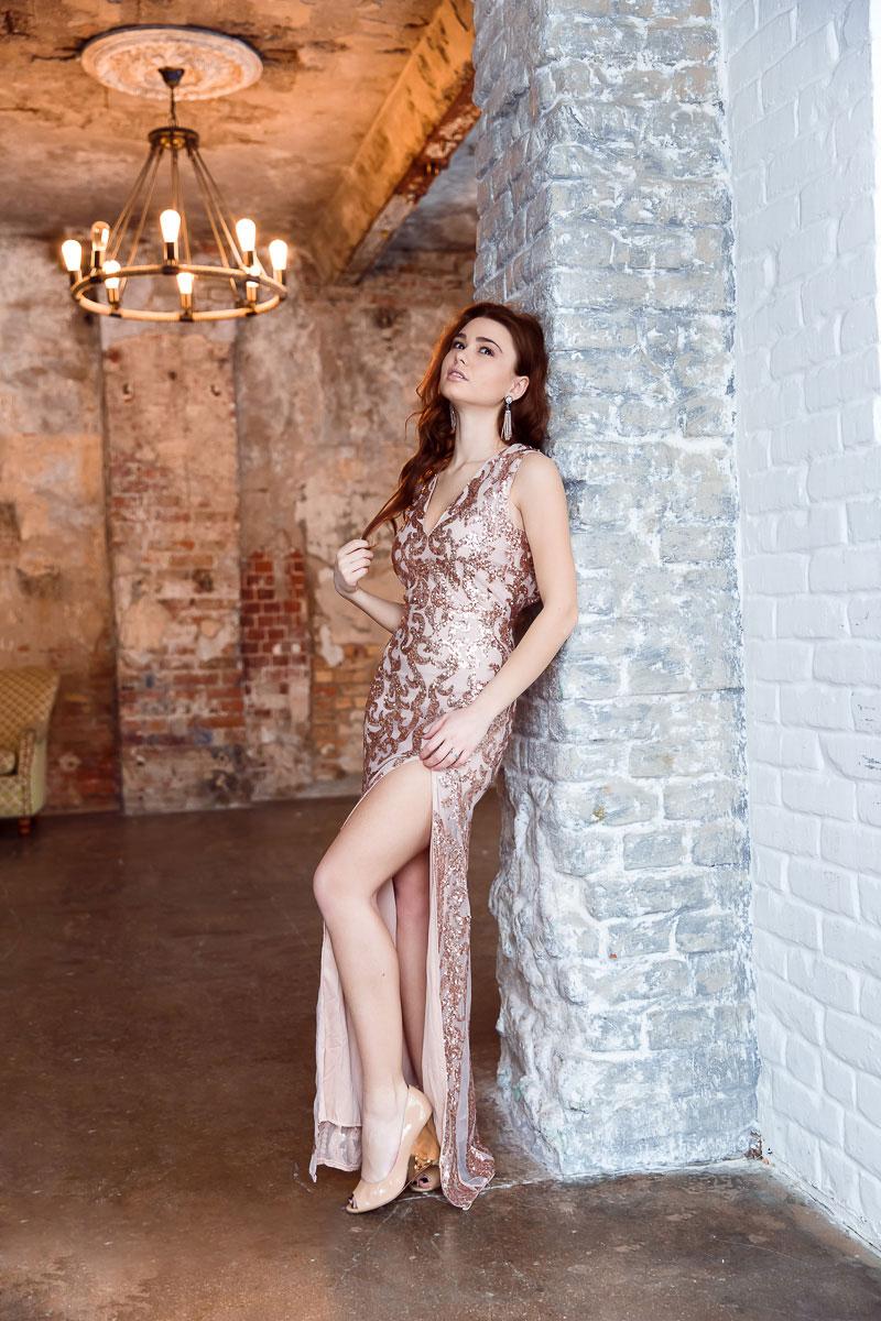 Золотое вечернее платье с высоким вырезом по ноге