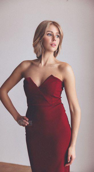 Облегающее платье темно-красного цвета