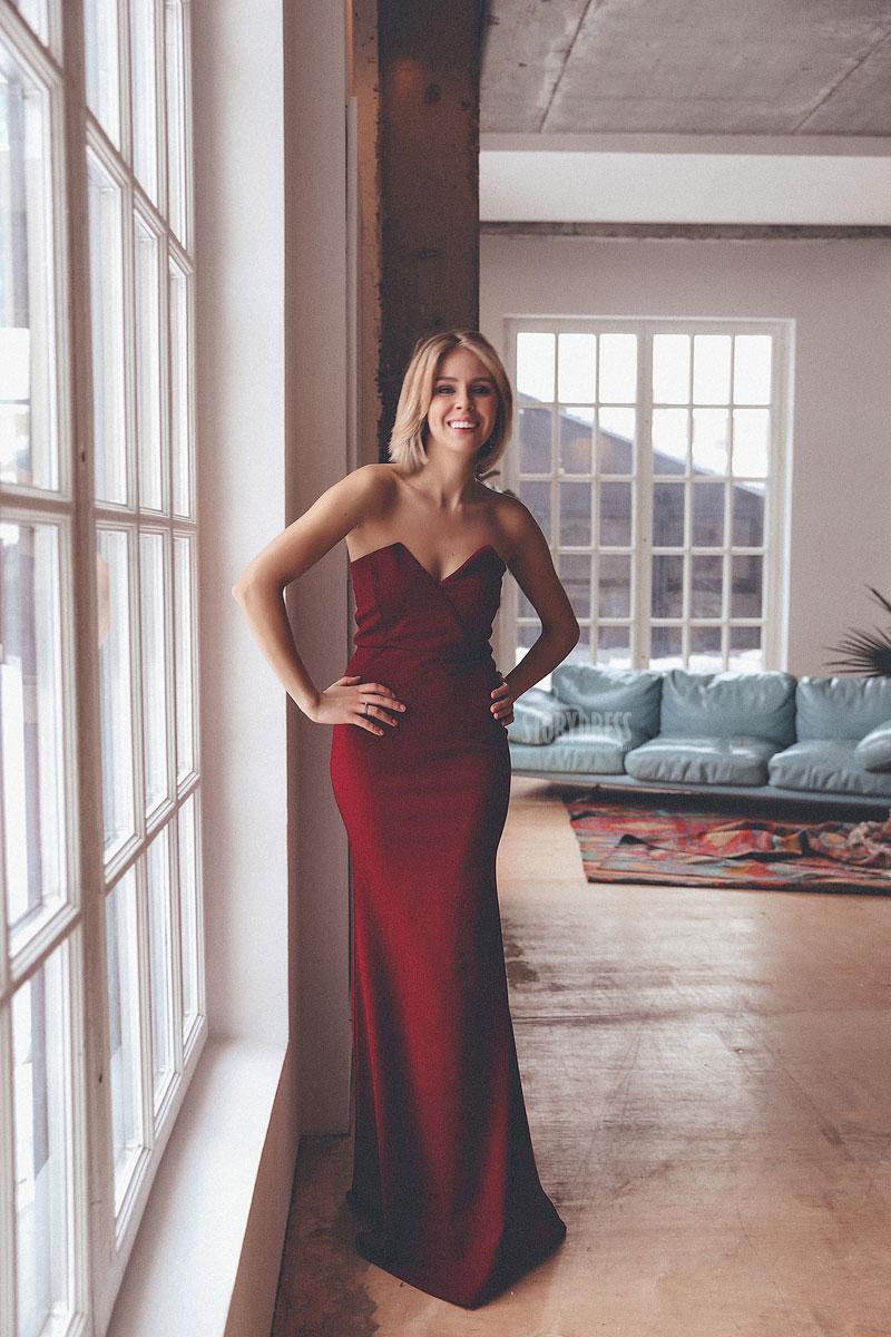 Пурпурное платье подчеркивающее фигуру