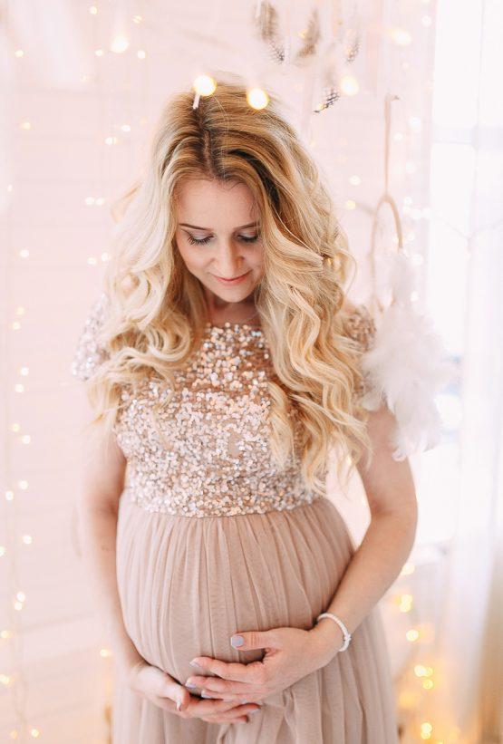 Фотосессия беременности в бежевом платье