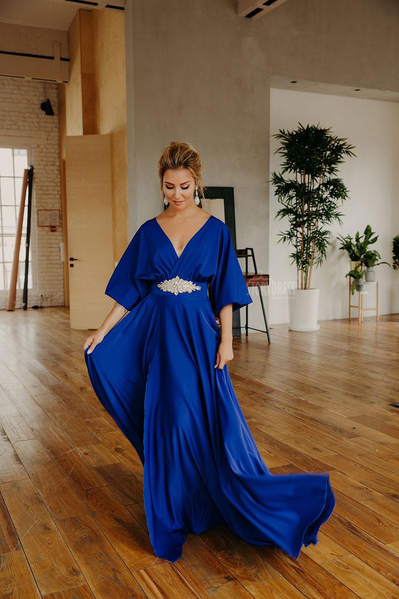 Вечернее платье в пол из ткани сочного цвета «электрик»
